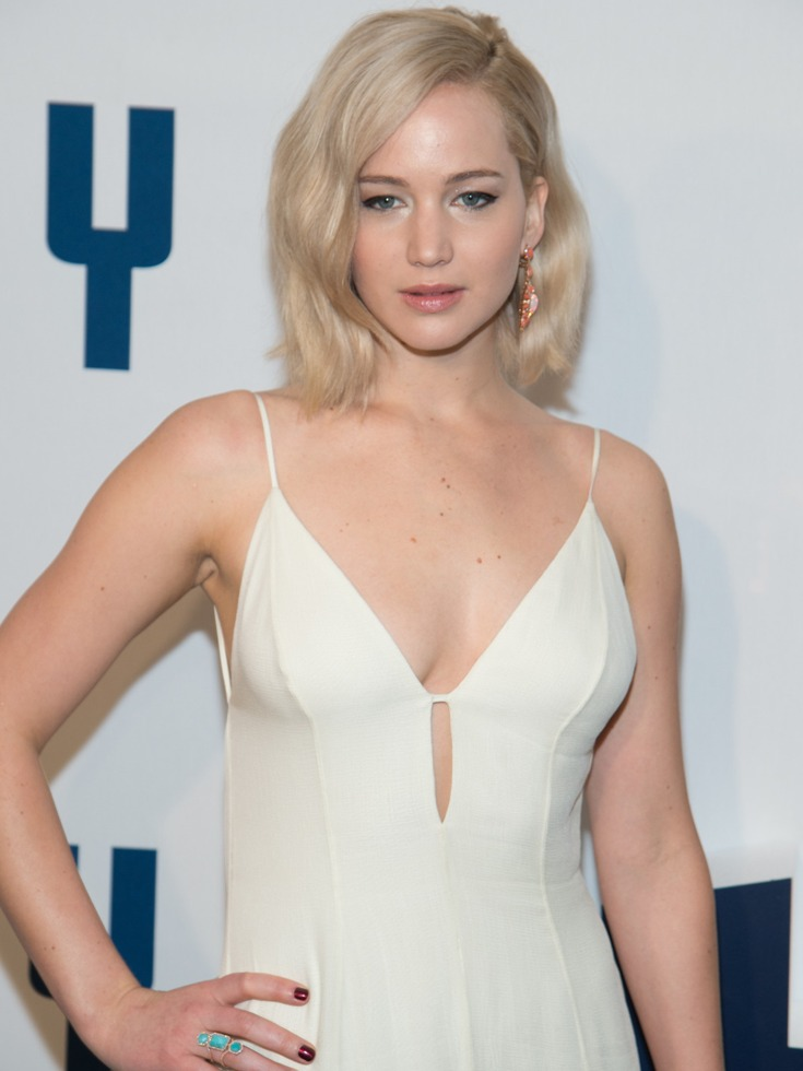 大表姐太美!深V吊带白裙亮相新片首映 _娱乐-多维新闻网 Jennifer Lawrence