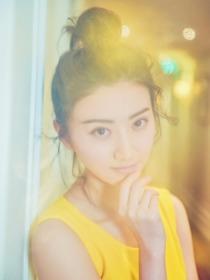 景甜拍梦幻写真 鹅黄连身裙清新俏皮[图集]