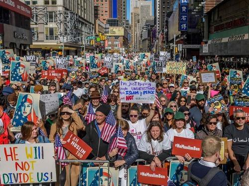 特朗普就职满月 多地民众游行抗议