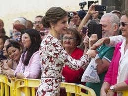 西班牙王后抱萌娃显母爱