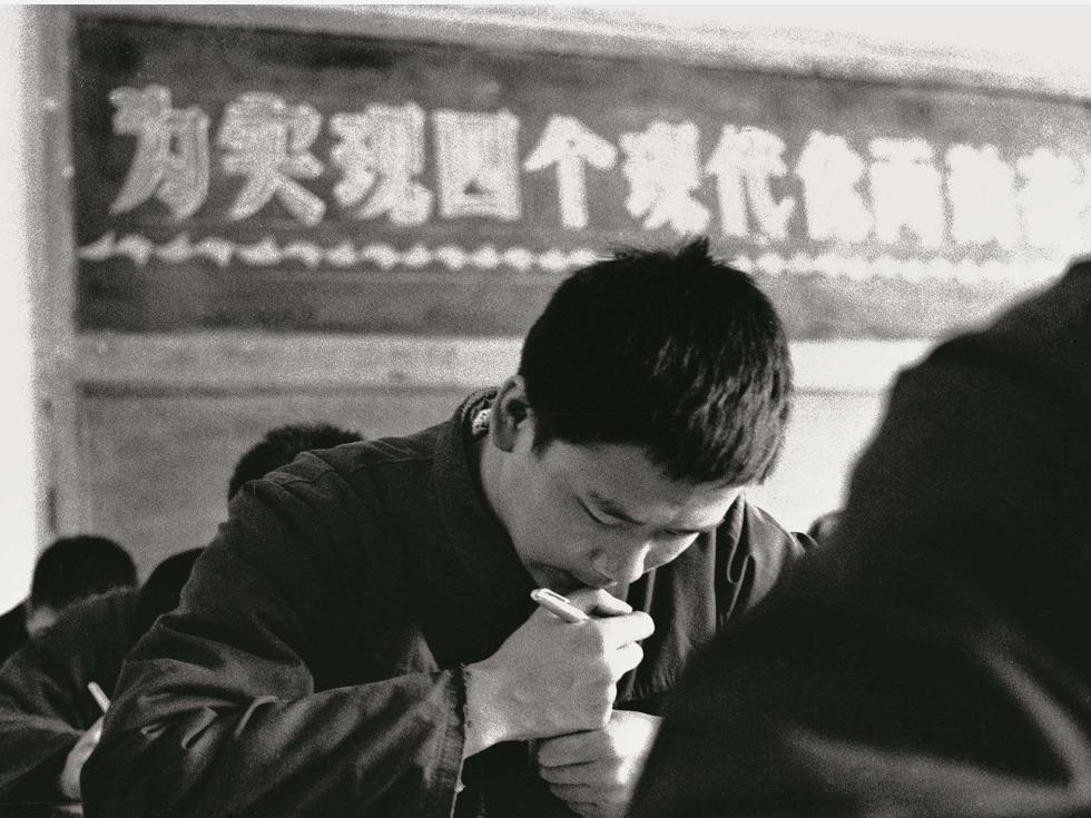 1977年冬天,中国570万考生走进了曾被关闭了十余年的高考考场。当年全国大专院校录取新生27.3万人。图为北京五中参加高考的学生。