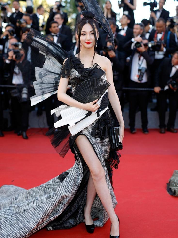 当地时间2017年5月17日,第70届戛纳国际电影节开幕红毯,中国女星蓝燕一身高开叉黑色裙装十分抢镜,而她就是那位造型雷人的艳星。(图源:VCG)