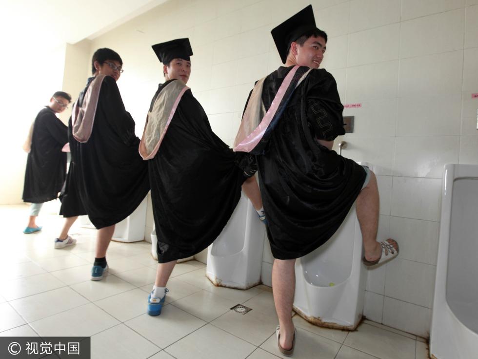 2013年6月15日,南京,江苏省某高校的学生在校园内拍摄各种搞怪照片留念。(图源:VCG)