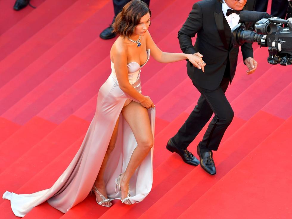 贝拉·哈迪德着高开衩礼服裙走红毯,上台阶时,毫无保留的露出了内裤。(图源:VCG)