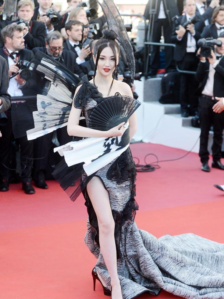 另外,蓝燕还称自己是中国明朝开国大将军蓝玉的第二十一世孙女。图为在红毯上大秀美腿的蓝燕。(图源:VCG)