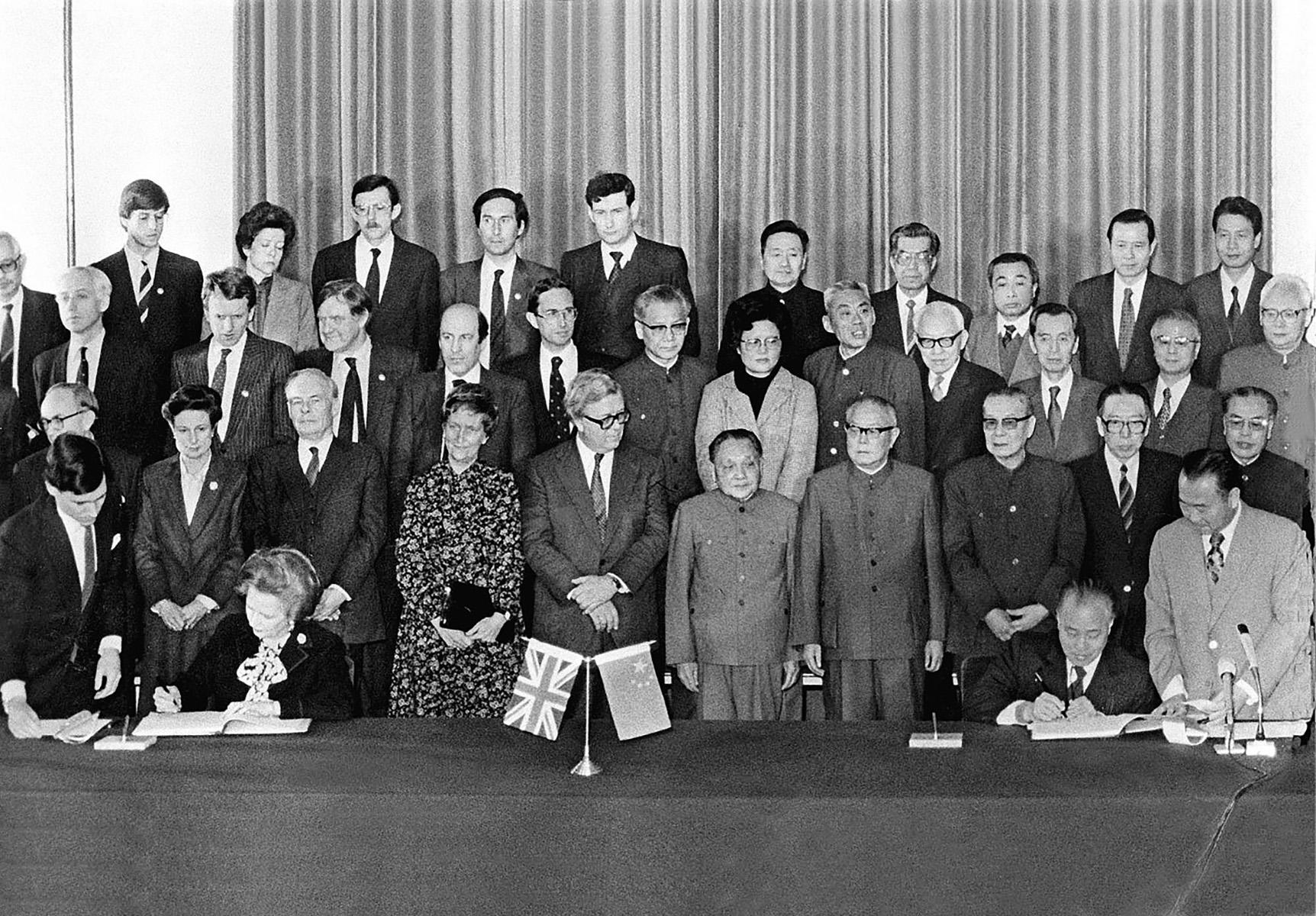 1984年12月19日下午,邓小平与英国首相撒切尔夫人在北京人民大会堂出席《中英联合声明》签字仪式,共同声明:1997年7月1日,香港政权交接。