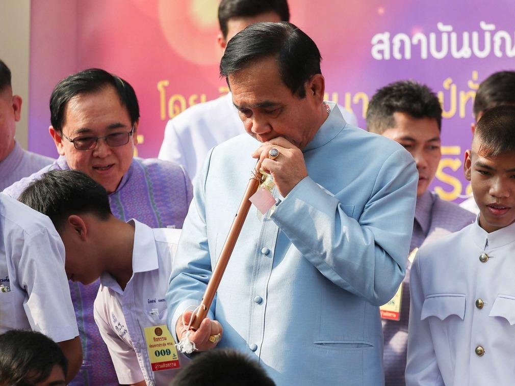 泰国总理巴育大选后亮相 现场演奏传统长笛[图集]