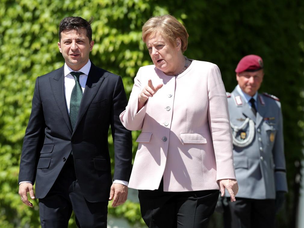 乌克兰总统访德 默克尔在欢迎仪式上突然浑身颤抖[图集]