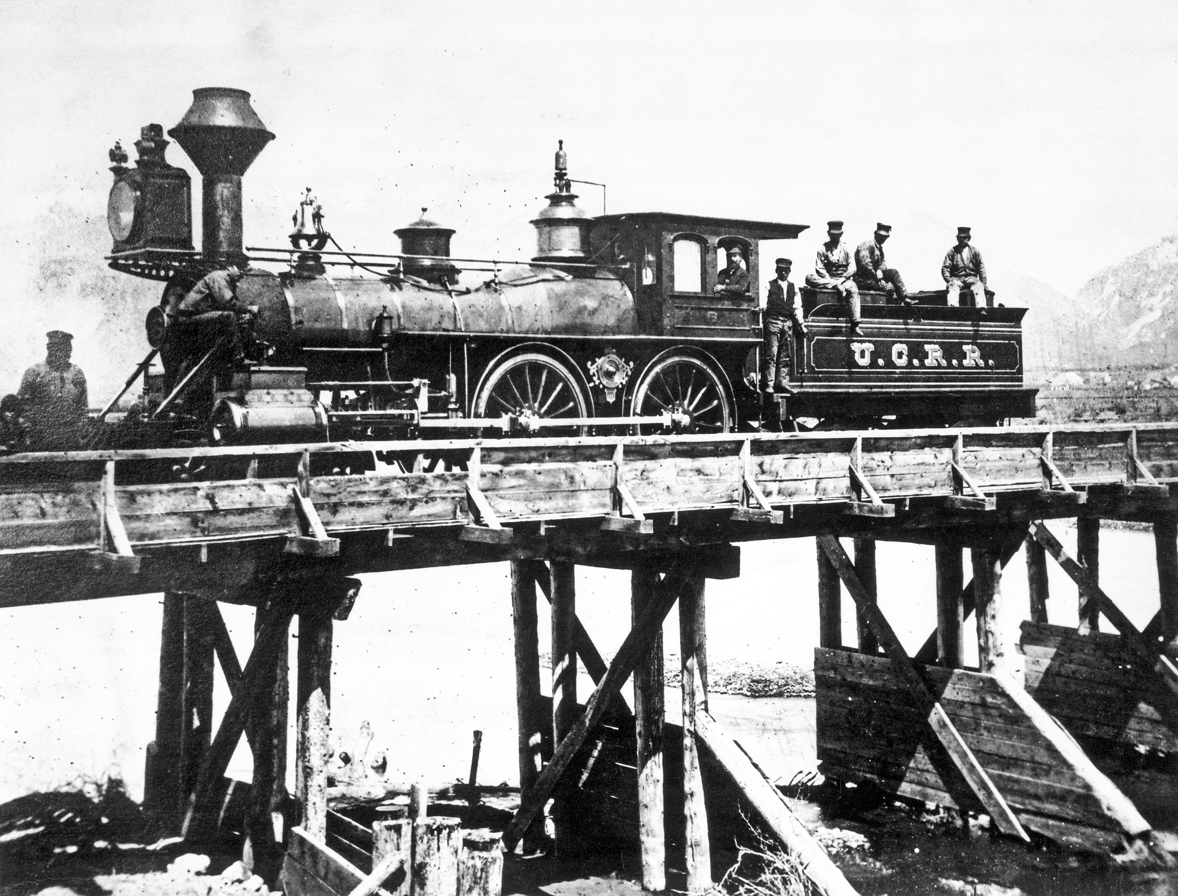 从英国到美国,每次大国的崛起都离不开工业革命。图为奥格登和盐湖之间在犹他州中央铁路上运行的第一台发动机。