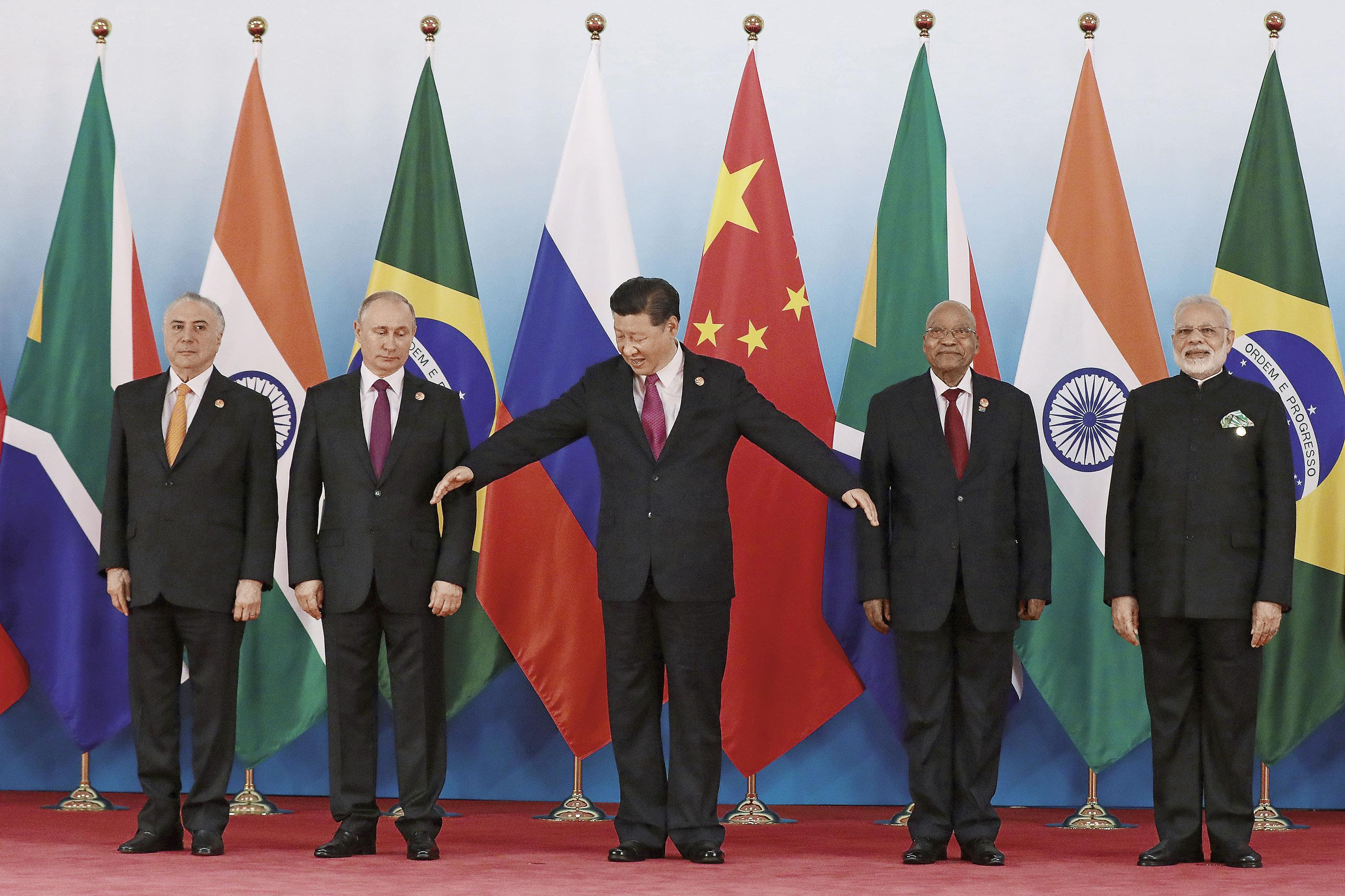 随着中国不断崛起,在国际场合的动作也愈加频繁。图为2017年福建厦门召开金砖国家峰会时五国领导人合影。